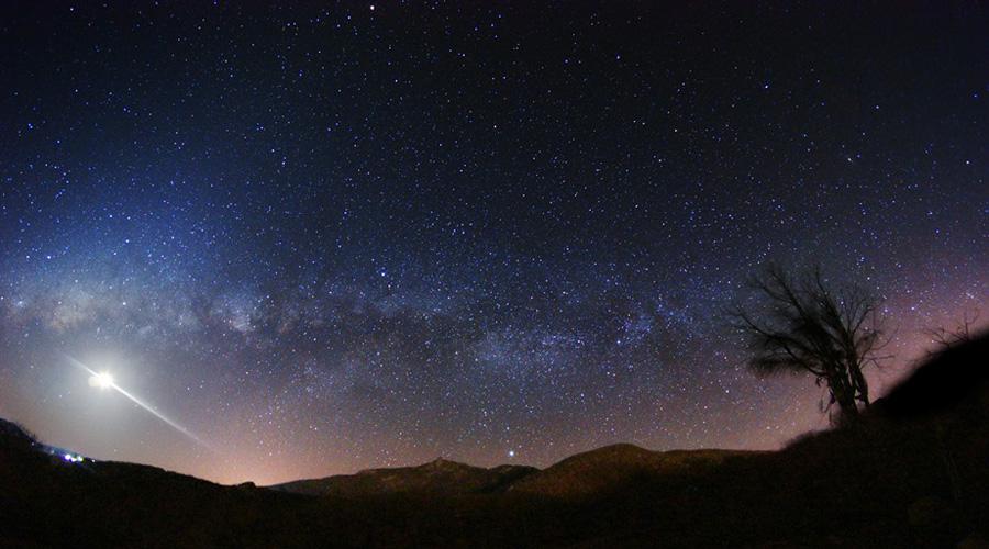 A Lua, a Via Láctea e o Pico do Jabre fotografados em Matureia — Por Marcelo Zurita