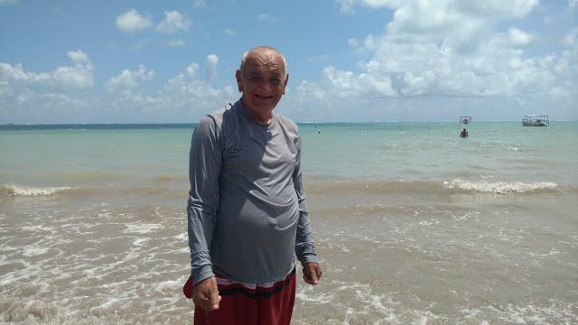 A inocência e o encanto do popular Adelson ao conhecer a praia