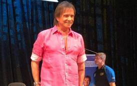 Vestido de rosa, Roberto Carlos diz se garantir como homem e fala sobre porte de armas