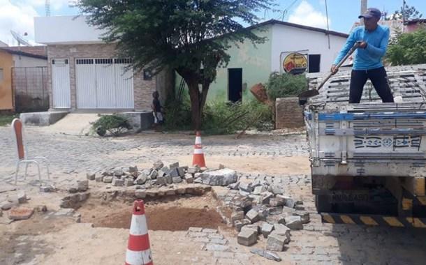 Moradores reclamam e Prefeitura conserta buraco no Mutirão, em Patos