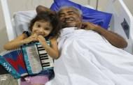 Criança de quatro anos canta no hospital e emociona Pinto do Acordeon