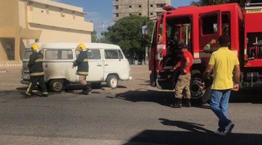 Kombi pega fogo quando era abastecida em posto de combustíveis, em Patos