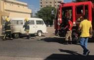 Kombi pega fogo quando era abastecida em posto de combústiveis, em Patos