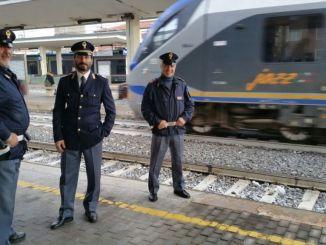 Tre reati i meno di mezz'ora e blocca pure la ripartenza del treno
