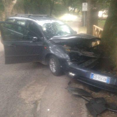 Donna albanese di 20 ferita, frattura del bacino incidente Trevi