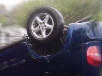 Auto si capovolge a Foligno, all'altezza della rotatoria di viale Arcamone