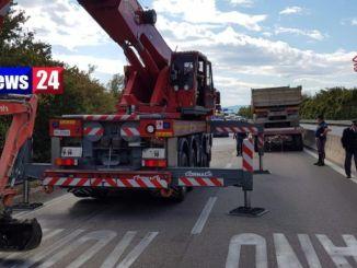 Autocarro ed escavatore si ribaltano su E45 strada bloccata