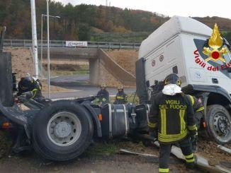 Autoarticolato fuori strada, incidente stradale lungo la Flaminia, nessun ferito