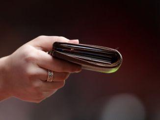 Bevagna, ritrova un borsello con 750 euro e lo consegna alla polizia locale