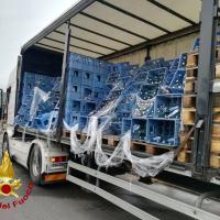 Camion perde carico, bottiglie contenente acqua lungo la via Complanare