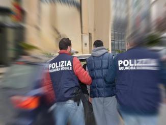 Picchia i genitori che fuggono da casa, figlio adottivo arrestato dalla Polizia