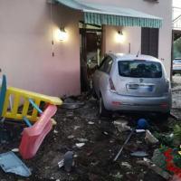 Incidente a Gualdo Cattaneo in via Cavallara, auto sfonda ingresso di una casa