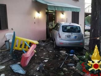 Incidente a Gualdo Cattaneo in via Cavallara, auto sfonda ingresso di una casa