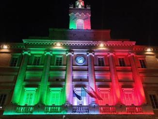 Sindaco Zuccarini su palazzo comunale illuminato con il tricolore