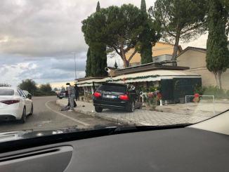 Incidente stradale Bmw sbanda e finisce contro un palo, tragedia sfiorata