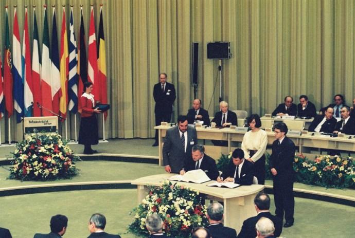 De daværende stats- og udenrigsministre Anders Fogh Rasmussen og Uffe Ellemann-Jensen underskriver Maastricht-traktaten på vegne af Danmark. Et flertal i befolkningen ville det dog anderledes. Foto: EU-kommissionen