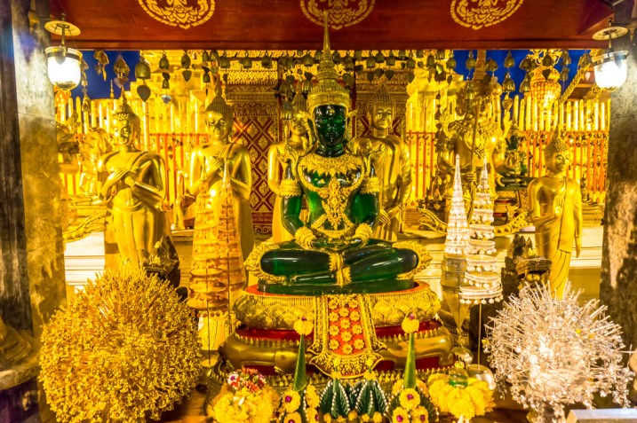 smaragd buddha statue im wat phra that doi suthep
