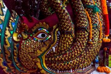 Eine naga drachen statue im wat phra that doi suthep