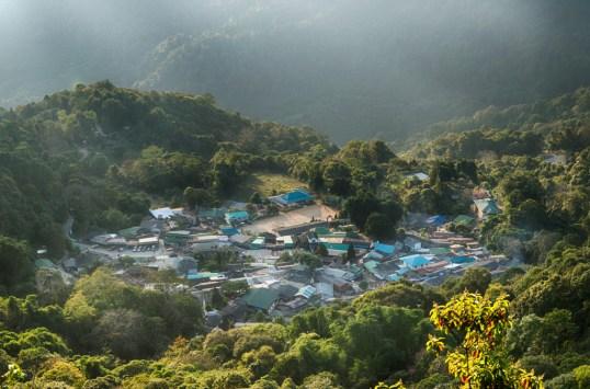 sonnenuntergang im doi suthep pui nationalpark hmong village aussicht