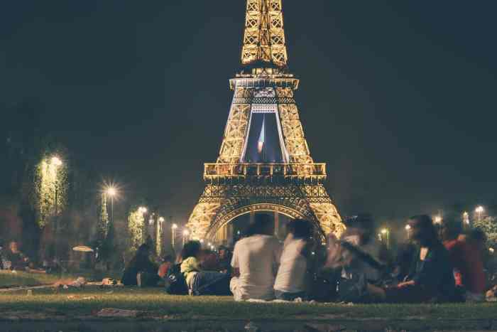 Have a picnic by the Eiffel tower is a great thing to do in Paris in the spring