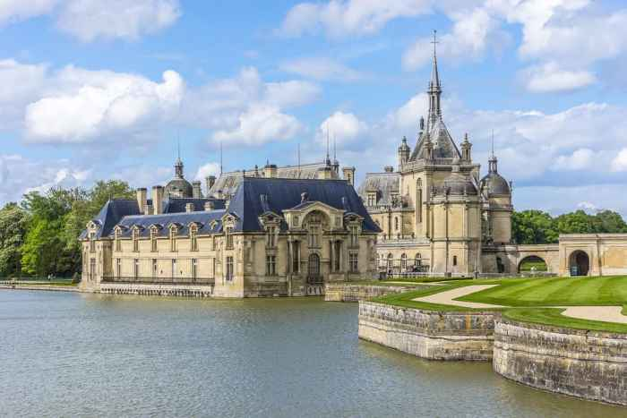 Stunning view of castle in France, Château de Chantilly