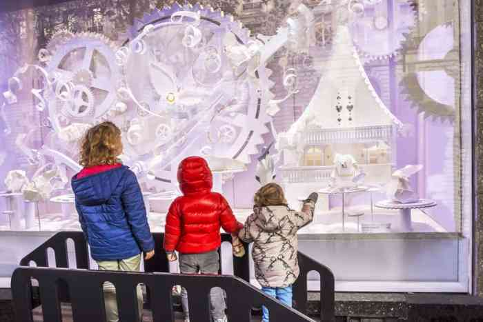 Hunt for window displays during christmas in paris