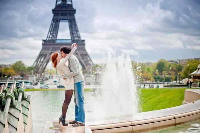 couple kissing on their honeymoon in Paris at the Trocadero