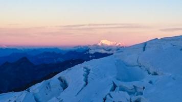 il sole sorge e illumina il gigante delle Alpi