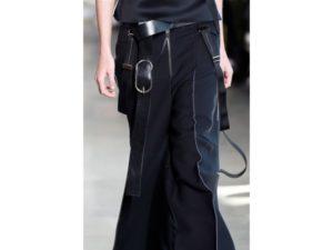 Bondage: sovrapposizioni di cinture e fibbie. Un dettaglio della sfilata autunno inverno 2016 di Calvin Klein.