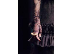 Tirapugni: guanti in pizzo e anello multiplo. Un dettaglio della sfilata autunno inverno 2016 di Gucci.