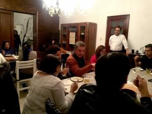 Manuel Carrasco, chef de Fonda Huitzillin, explicando uno de los platillos