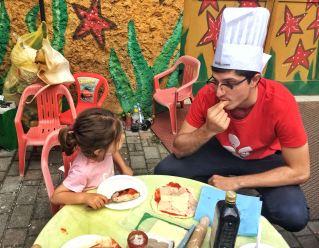 volontario bambina cucina