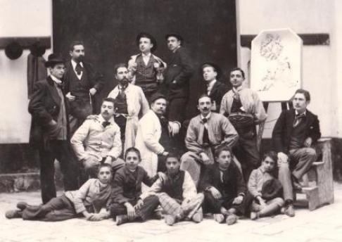 Foto di Giuseppe Manzo davanti al suo reale  laboratorio, in piazzetta Romano, con tutti i suoi amici e discepoli,  scattata nel 1898 (collezione privata. riproduzione vietata)