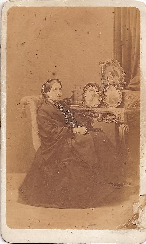 Adelaide Cairoli con i ritratti dei figli morti (1869). Immagine tratta da http://www.150anni.it/webi/index.php?s=58&wid=1864