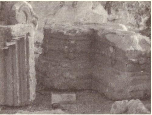 elementi architettonici dell'altare dell'antica cappella (foto arch. Aldo Caforio, tratta dal citato testo di Giuseppe Rossetti, pag. 33)