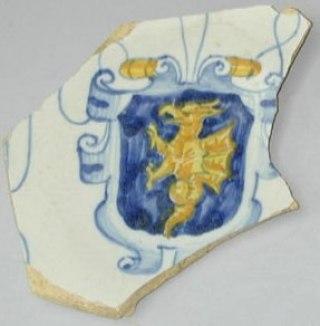 Fig. 11. Muro Leccese, Museo del Palazzo del Principe, frammento di piatto con arma dei Protonobilissimo.
