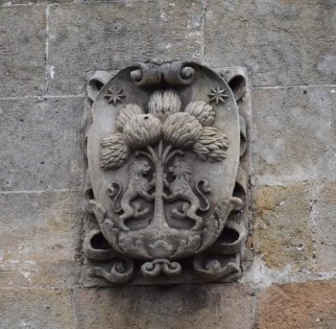 Fig. 1 - Manduria, casa Carcioffa, particolare dello stemma murato sulla facciata