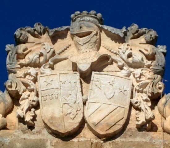 Fig. 2 – Oria, contrada S. Cosimo, ingresso della tenuta Martini-Carissimo, particolare dello stemma di Giuseppe