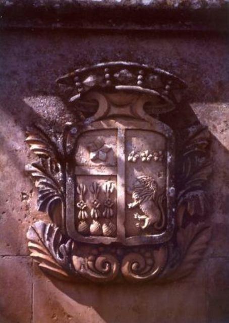 Fig. 3 - Stemma della famiglia Martini di Oria, un tempo visibile all'ingresso della loro residenza estiva, attualmente di proprietà delle famiglie Desiato-Spina (foto di Ubaldo Spina).