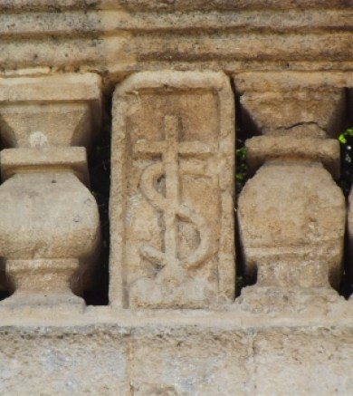 Fig. 10 – Oria, Parco Montalbano (ex giardino dei Celestini), stemma della Congregazione Celestina scolpito sui due lati del papapetto negli anni 1726-1730