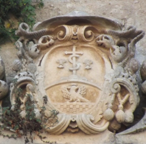 Fig. 12 – Oria, cortile della scuola elementare E. De Amicis, balcone monumentale, stemma dell'abate generale dei Celestini Ludovico Grassi