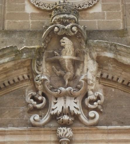 Fig. 2 – Oria, chiesa di S. Giovanni Battista, particolare dello stemma papale
