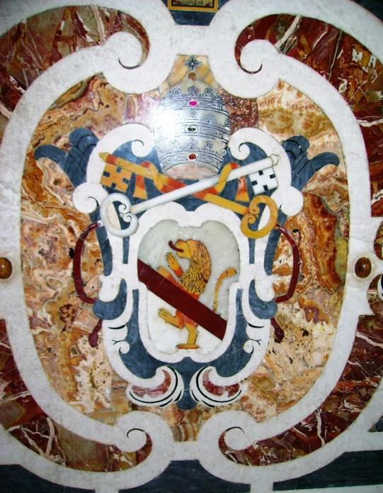 Fig. 7 – L'Aquila, basilica di S. Maria di Collemaggio, navata destra, cappella di Celestino V, particolare dello stemma papale (foto di Fabio Valerio Maiorano)
