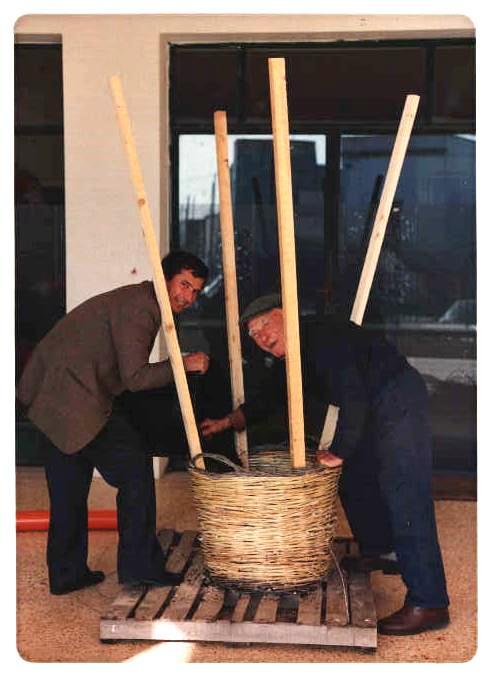 """1991. Prima Panara della scuola: la acconciano Pippi """"Scorcia"""" Rizzello e Luigi Stefano Rizzello (ph Giorgio Tarantino)"""
