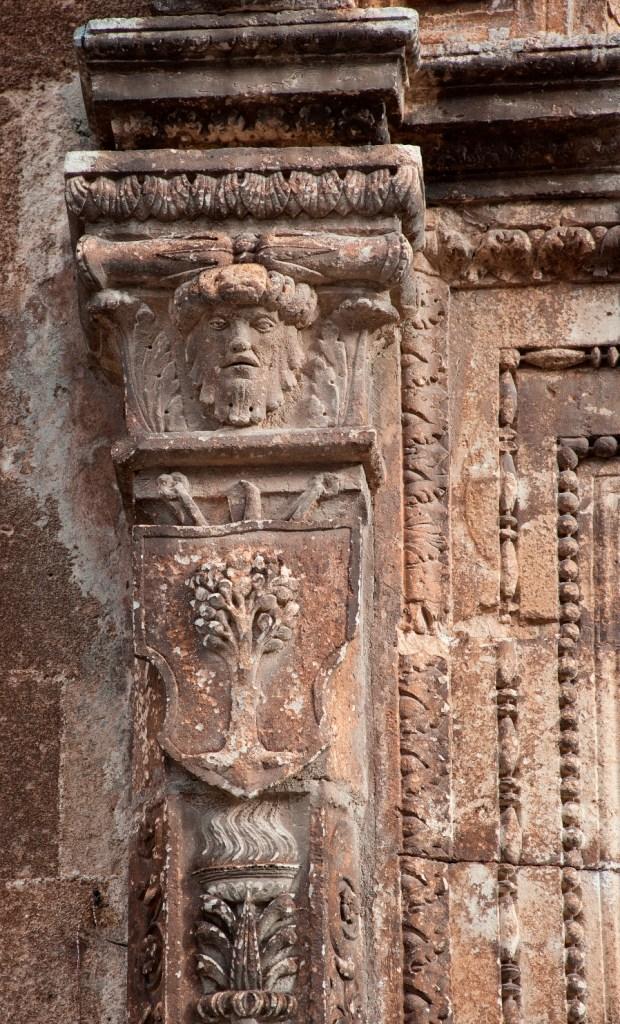 Fig. 2 – Manduria, Chiesa Matrice, particolare del primo dei due stemmi dell'Universitas di Casalnuovo (foto di Giuseppe D'Angeli)