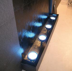 Parete d'acqua che scorre per interni installata su vasca con ruote. Fontane E Giochi D Acqua Progettazione Realizzazione Costruzione Manutenzione Wed Sistemi