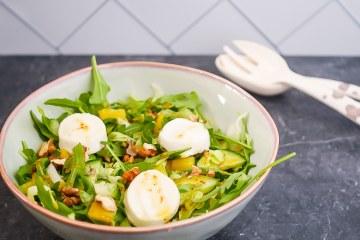 Salade met lauwwarme geitenkaas, walnoten en honing-mosterddressing | Foodaholic.nl