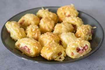 Bladerdeeg hapjes met ham en kaas | Foodaholic.nl