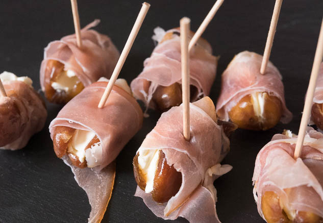 Hapje van dadel en rauwe ham | Foodaholic.nl