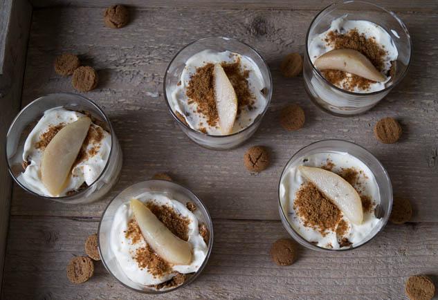 Toetje van kruidnootjes en gekarameliseerde peer | Foodaholic.nl